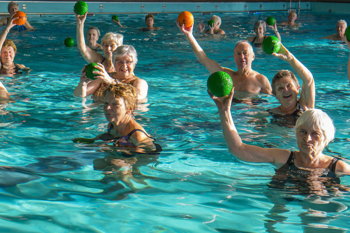 Afbeelding: zwemmen met ballen